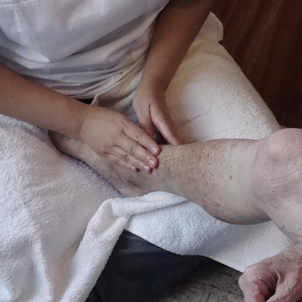 Masajes para mayores a domicilio, Ángela Cobos